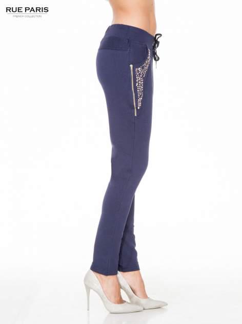 Granatowe eleganckie spodnie dresowe z dżetami                                  zdj.                                  3