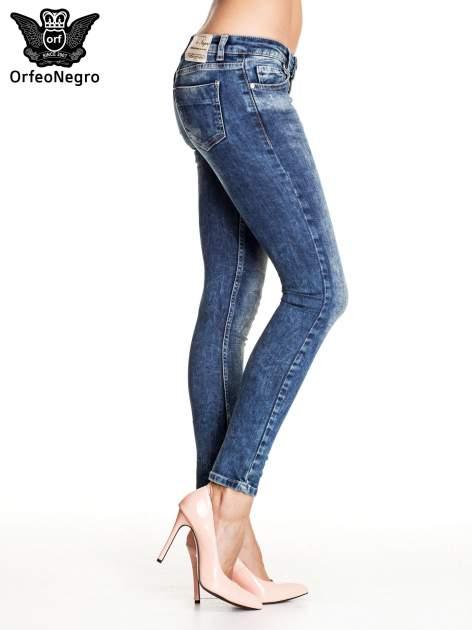 Granatowe gniecione spodnie skinny jeans z efektem marmurkowym                                  zdj.                                  3