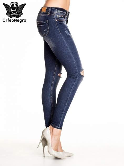Granatowe gniecione spodnie skinny jeans z rozdarciami na kolanach                                  zdj.                                  3