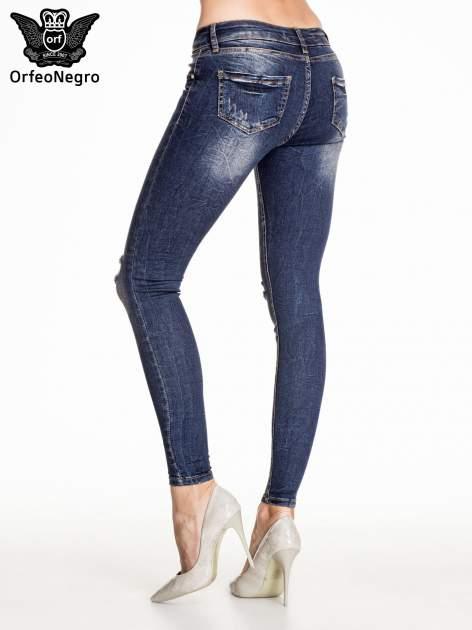 Granatowe gniecione spodnie skinny jeans z rozdarciami na kolanach                                  zdj.                                  4