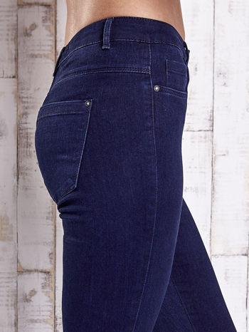 Granatowe jeansowe spodnie skinny jeans z kieszeniami                                  zdj.                                  5