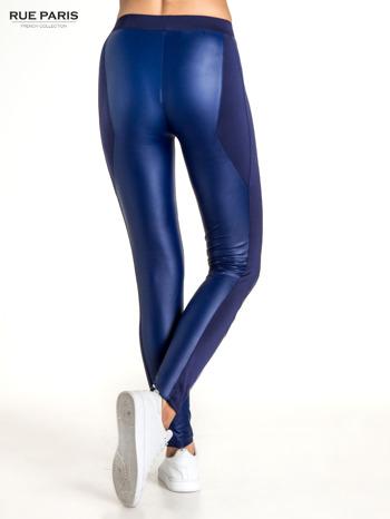 Granatowe legginsy modelujące ze skórzanymi panelami                                  zdj.                                  4