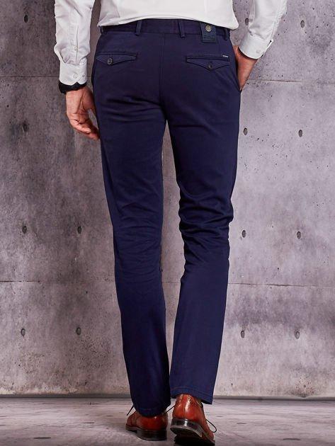 Granatowe materiałowe spodnie męskie chinosy                              zdj.                              2