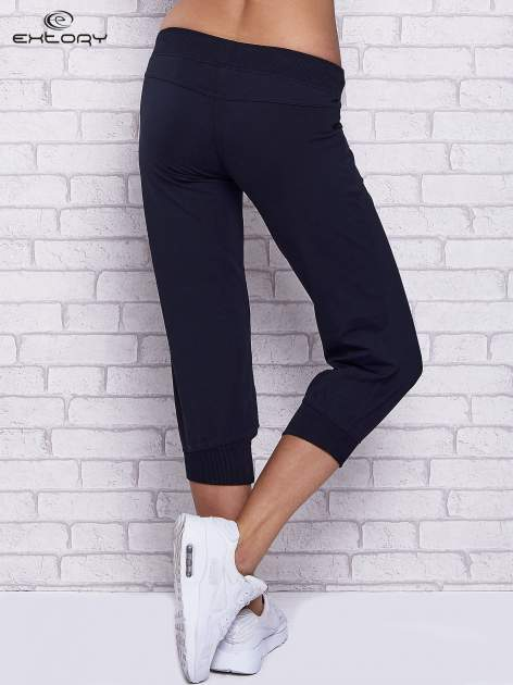 Granatowe spodnie capri z ozdobnymi dżetami
