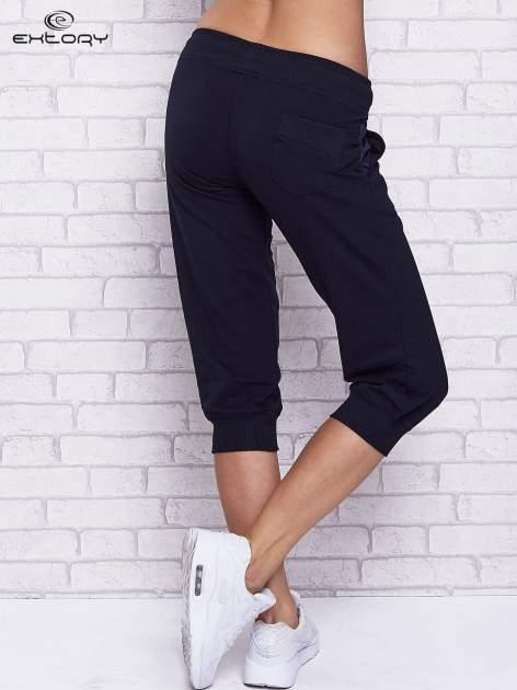 Granatowe spodnie capri z tylną kieszenią