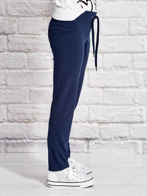 Granatowe spodnie dresowe dla dziewczynki z nadrukiem serc                                  zdj.                                  3