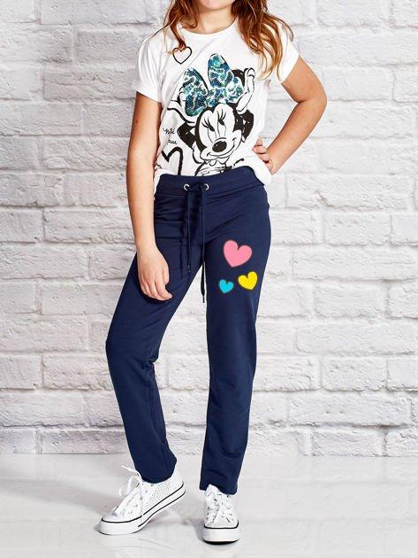 Granatowe spodnie dresowe dla dziewczynki z nadrukiem serc                                  zdj.                                  4