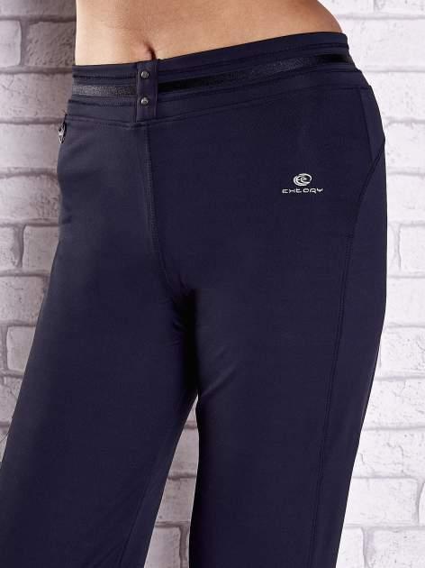 Granatowe spodnie dresowe z guziczkami                                  zdj.                                  4