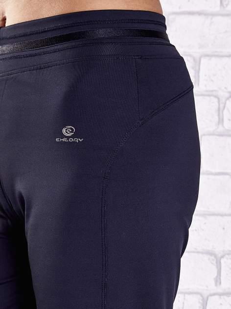 Granatowe spodnie dresowe z guziczkami                                  zdj.                                  7