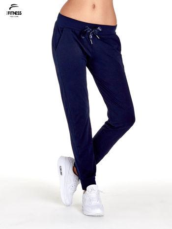 Granatowe spodnie dresowe z nogawką ze ściągaczem