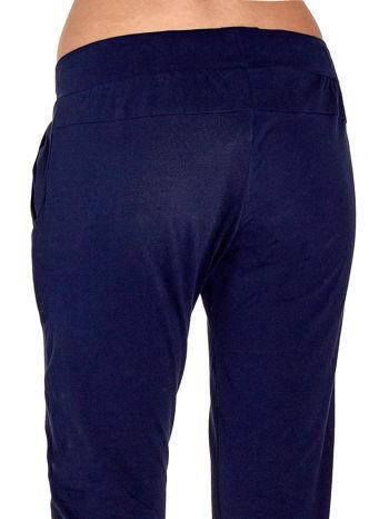 Granatowe spodnie dresowe z nogawką ze ściągaczem                                  zdj.                                  6