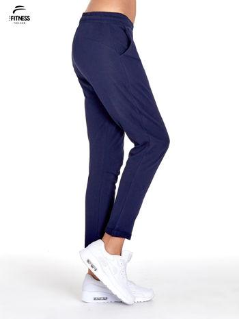 Granatowe spodnie dresowe z powijaną nogawką                                  zdj.                                  3