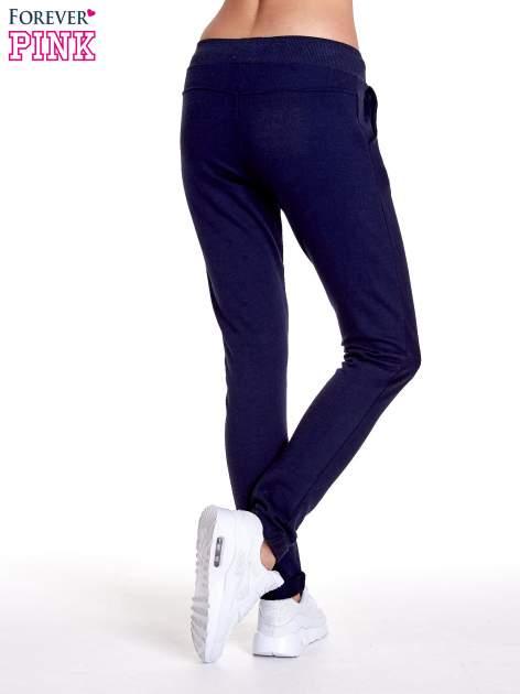 Granatowe spodnie dresowe z prostą nogawką                                  zdj.                                  4