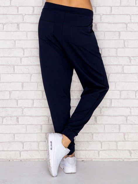 Granatowe spodnie dresowe z troczkami