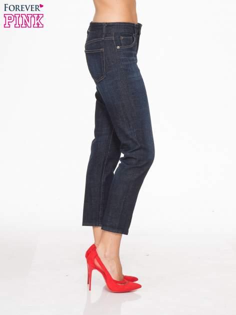 Granatowe spodnie  girlfriend jeans z cieniowaniem                                  zdj.                                  3