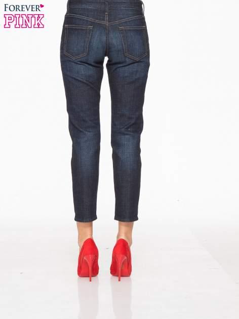 Granatowe spodnie  girlfriend jeans z cieniowaniem                                  zdj.                                  4