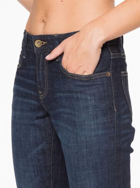 Granatowe spodnie  girlfriend jeans z cieniowaniem                                  zdj.                                  7