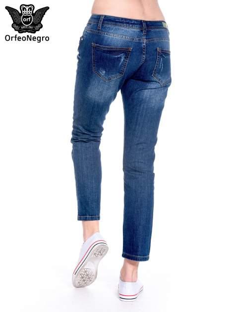 Granatowe spodnie girlfriend jeans z przetarciami                                  zdj.                                  6