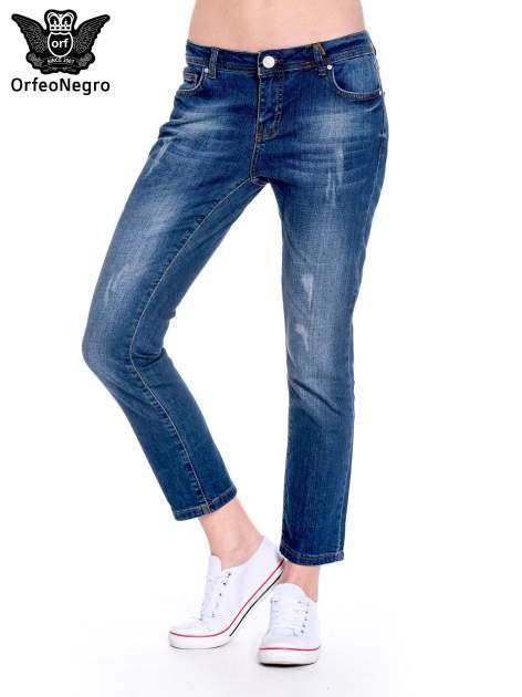 Granatowe spodnie girlfriend jeans z przetarciami                                  zdj.                                  1