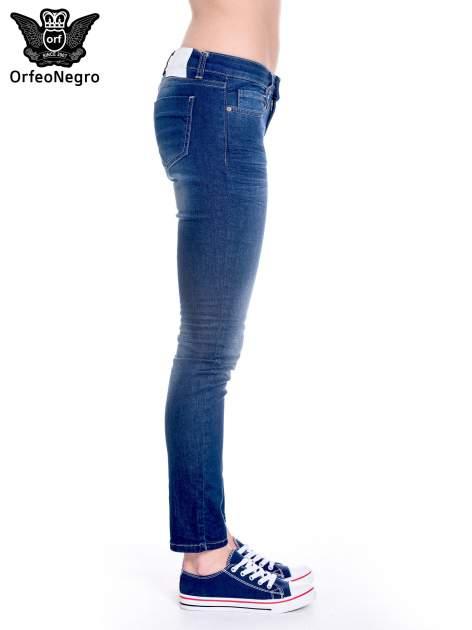 Granatowe spodnie jeansowe rurki z cieniowaniem                                  zdj.                                  4