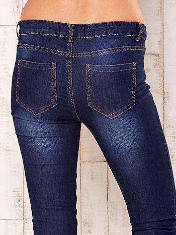 Granatowe spodnie jeansowe slim                                  zdj.                                  5