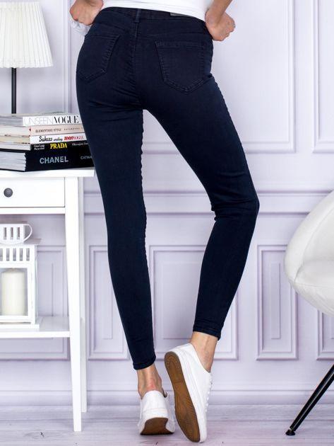 Granatowe spodnie jeansowe slim z wysokim stanem                              zdj.                              2
