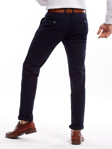 Granatowe spodnie męskie chinosy o prostym kroju                              zdj.                              2