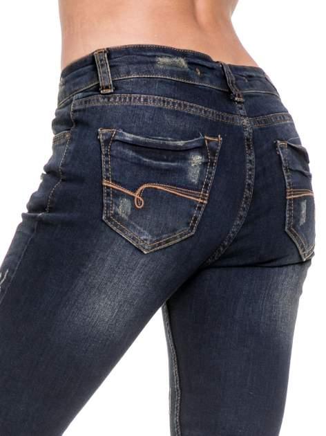 Granatowe spodnie rurki do połowy łydki z lekkimi przetarciami                                  zdj.                                  7