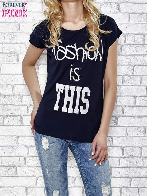 Granatowe t-shirt z napisem FASHION IS THIS z dżetami