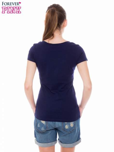 Granatowy basicowy t-shirt z dekoltem w serek                                  zdj.                                  4