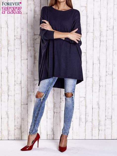 Granatowy długi sweter oversize z nietoperzowymi rękawami                                  zdj.                                  2