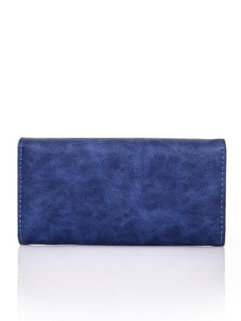 Granatowy fakturowany portfel ze stylizowanym zapięciem                                   zdj.                                  2