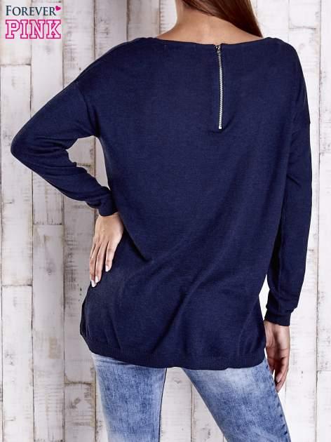 Granatowy nietoperzowy sweter oversize z dłuższym tyłem                                  zdj.                                  4