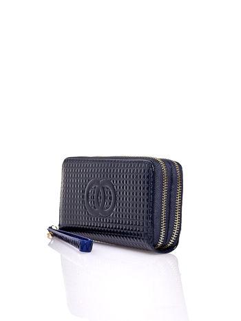 Granatowy pikowany portfel z uchwytem na rękę                                  zdj.                                  3