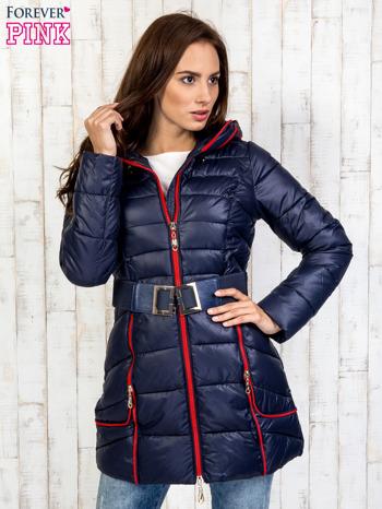 Granatowy płaszcz z paskiem i kolorowymi suwakami                                  zdj.                                  4