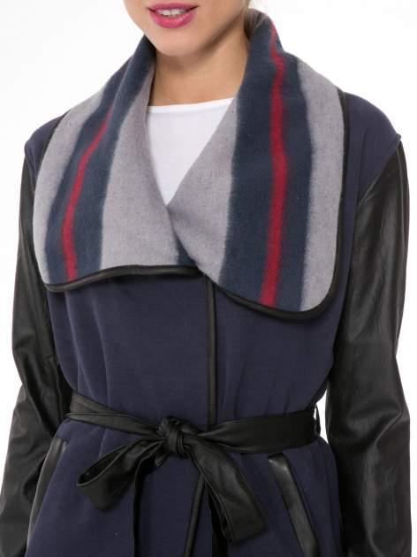 Granatowy płaszcz ze skórzanymi rękawami i paskiem                                  zdj.                                  5