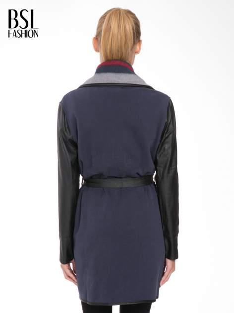 Granatowy płaszcz ze skórzanymi rękawami i paskiem                                  zdj.                                  4