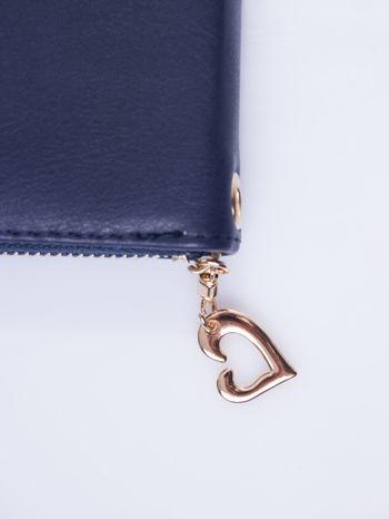 Granatowy portfel z uchwytem na rękę i złotym logiem                                  zdj.                                  5