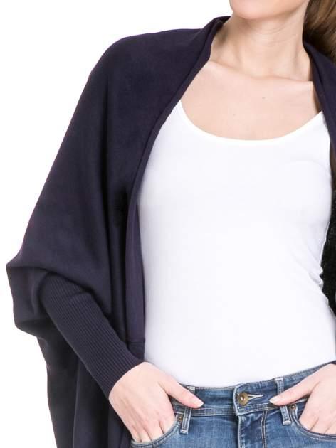 Granatowy sweter narzutka z nietoperzowymi rękawami                                  zdj.                                  4