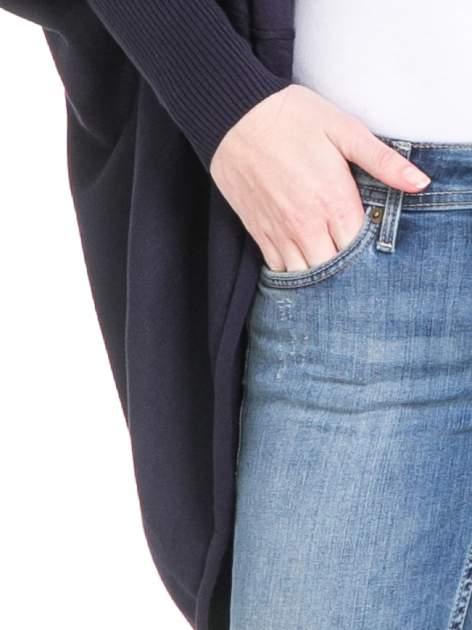 Granatowy sweter narzutka z nietoperzowymi rękawami                                  zdj.                                  5