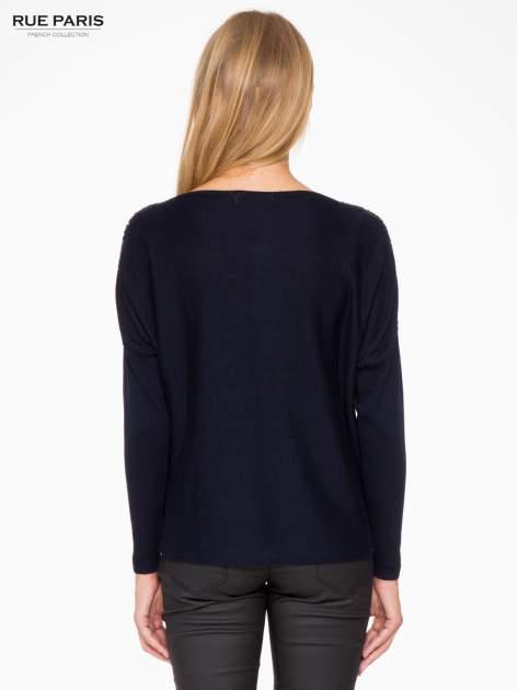 Granatowy sweter o nietoperzowym kroju z cekinową aplikacją na rękawach                                  zdj.                                  4