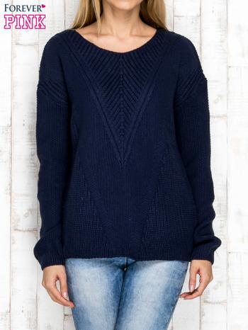 Granatowy sweter w dzianinowy wzór                              zdj.                              1