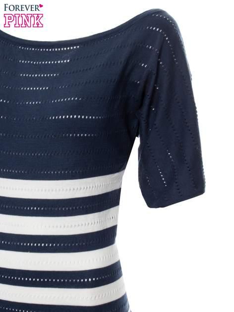 Granatowy sweter w paski z szerokim dekoltem                                  zdj.                                  7