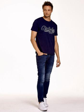 Granatowy t-shirt męski z napisami i liczbą 83                                  zdj.                                  3