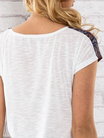 Granatowy t-shirt w motyw paisley                                  zdj.                                  5