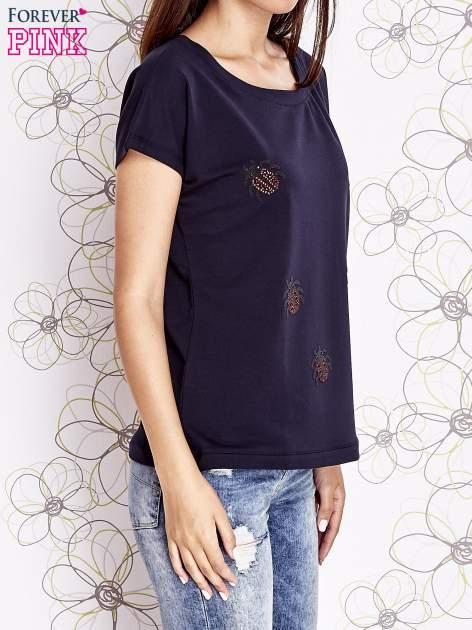 Granatowy t-shirt z aplikacją owadów                                  zdj.                                  3