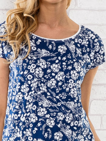 Granatowy t-shirt z białym kwiatowym motywem                                  zdj.                                  5