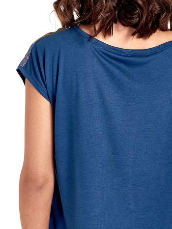 Granatowy t-shirt z nadrukiem kwiatowym                                  zdj.                                  6