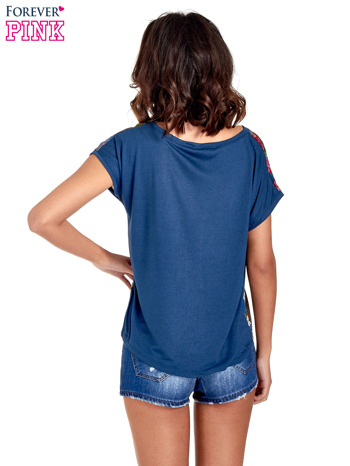 Granatowy t-shirt z nadrukiem kwiatowym                                  zdj.                                  4