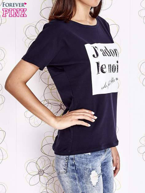 Granatowy t-shirt z napisem J'ADORE LE NOIR                                  zdj.                                  3